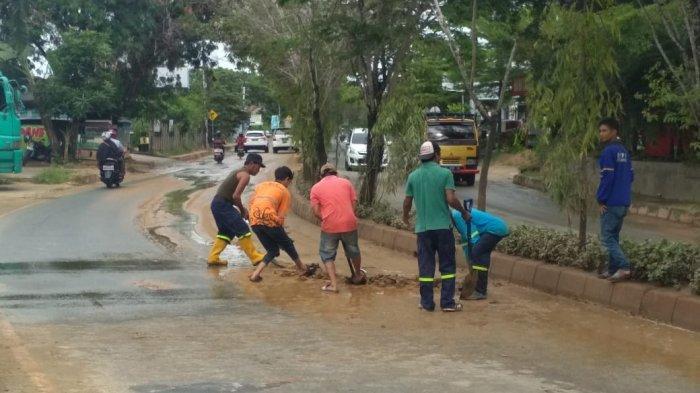 Hujan Deras Mengguyur Balikpapan, Bawa Lumpur Tebal ke Tepi Jalan, Pengendara Ragu-ragu Melintas
