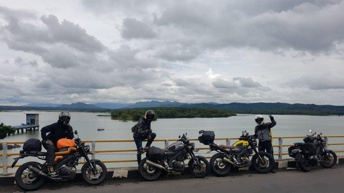 Para bikers komunitas Yamaha XSR 155 melakukan touring.
