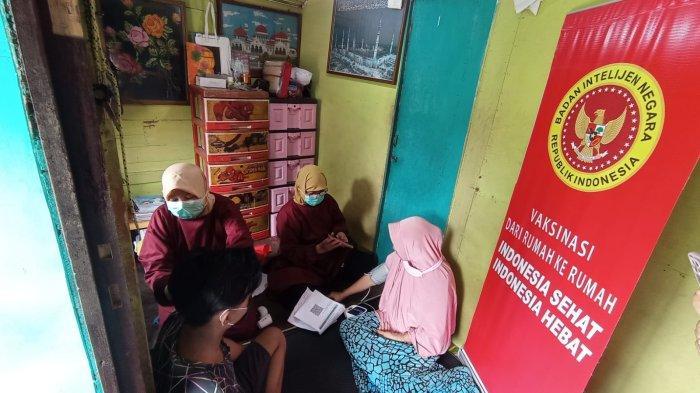 Vaksinasi Covid-19, Binda Kaltim Datangi Rumah Semi Permanen di Gunung Samarinda Baru
