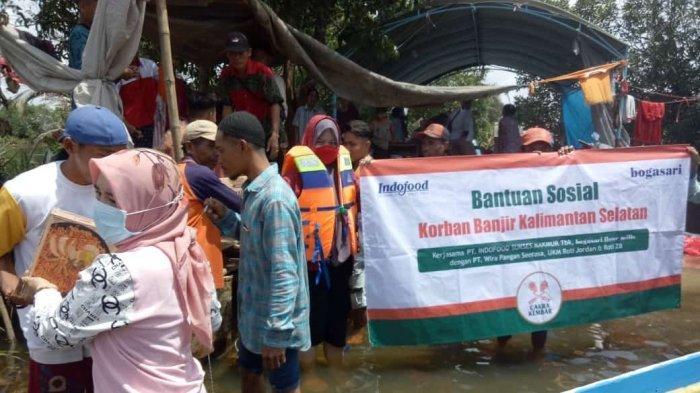 Tim Bogasari bersama distributor membagikan roti manis kepada warga terdampak banjir di Kalimantan Selatan.