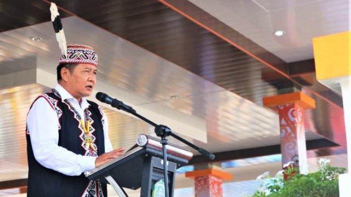 Diawali Defile Pakaian Adat, Bupati Pimpin Peringatan HUT Ke-7 Kabupaten Mahulu