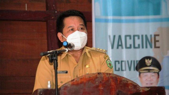 PASTIKAN - Bupati Mahulu Bonifasius Belawan Geh, membuka sekaligus menyaksikan secara langsung, pencanangan vaksinasi Covid-19 untuk perdana di kabupaten ini.