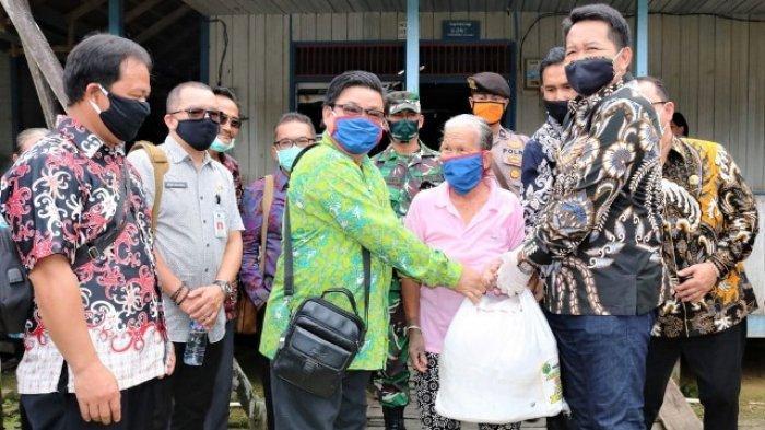 Ringankan Beban Warga Terdampak Covid-19, Pemkab Salurkan Bantuan Pangan di Long Pahangai