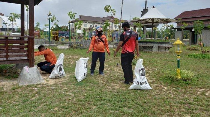 Pengunjung Buang Sampah Sembarangan, BPBD Bersama TNI-Polri Bersihkan Sampah di Taman Bupati Penajam