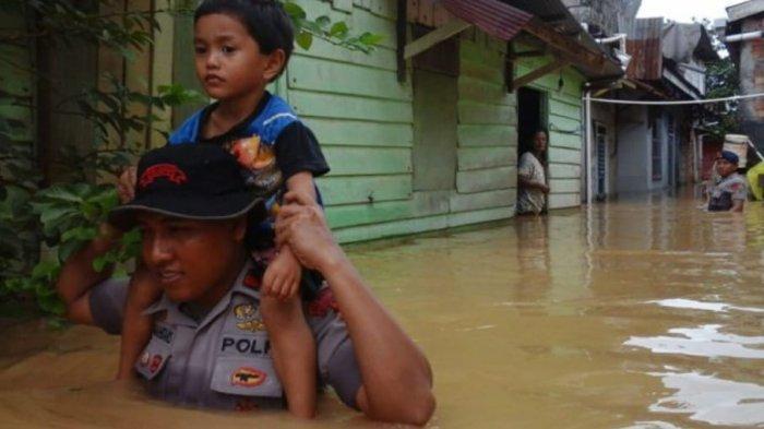 Evakuasi Warga yang Terdampak Banjir di KM 17 Balikpapan, Satgas Brimob Polda Kaltim Kirim Tim SAR
