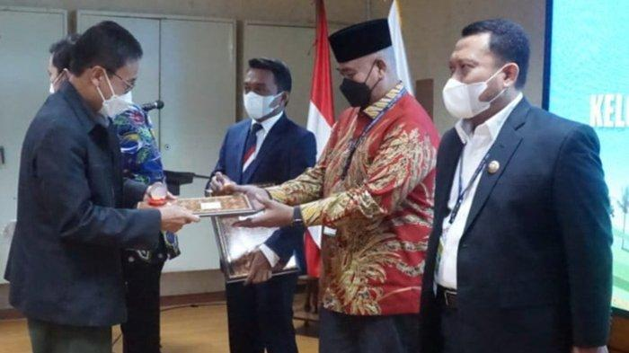 Bupati Edi Damansyah Dianugerahi Lencana Adhi Bhakti Tani Nelayan Utama