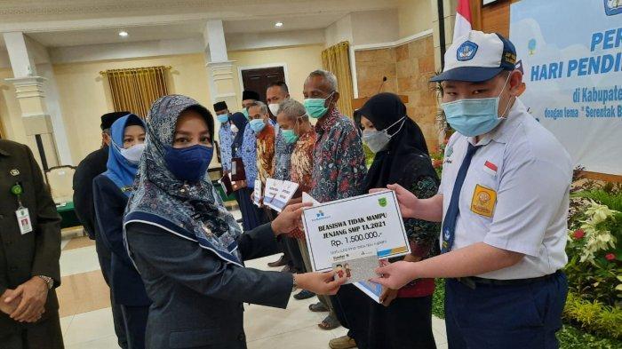 Bupati Berau Sri Juniarsih menyerahkan beasiswa secara simbolis kepada siswa berprestasi dalam peringatan Hardiknas 2021. TRIBUNKALTIM.CO, IKBAL NURKARIM