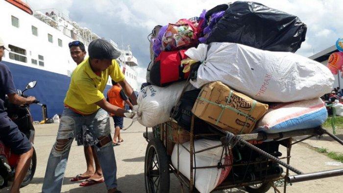 Momen Idul Fitri Jadi Berkah bagi Buruh Angkut Pelabuhan