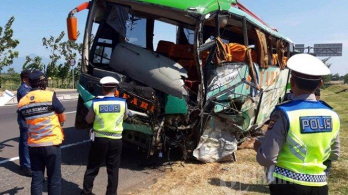 Anggota Polres Majalengka bersama petugas penyelamat mengevakuasi kendaraan yang mengalami kecelakaan di Tol Cipali KM 150, Senin (17/6/2019). Sebanyak 12 orang tewas setelah mengalami tabrakan maut di Tol Cipali pada Senin 17 Juni 2019 dini hari.