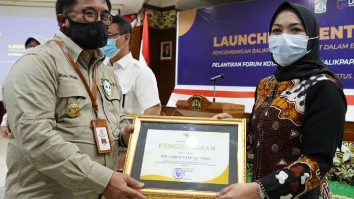 Owner Cake Salakilo menerima penghargaan karena menerapkan protokol kesehatan dengan disiplin di lokasi usahanya.