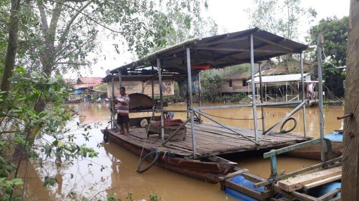 Penyedia jasa penyeberangan ponton Sungai Masabang yang harus kehilangan pekerjaan setelah Jembatan Sangatta Lama diresmikan pemerintah Kabupaten Kutai Timur beberapa hari yang lalu. TRIBUNKALTIM.CO, SYIFA'UL MIRFAQO