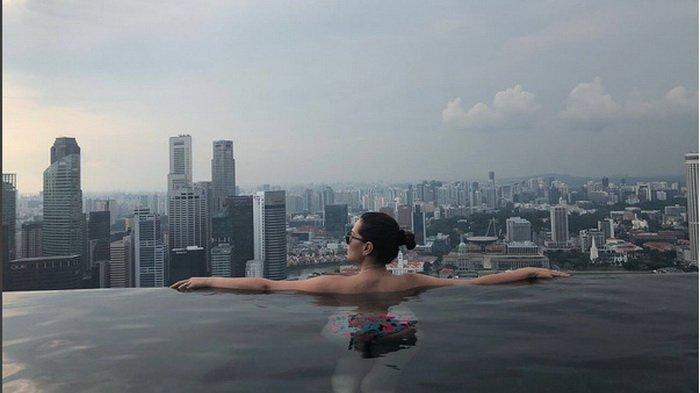 Seksinya Catherine Wilson Berpose dengan Bikini, Bagian yang Nyembul Ini Bikin Netizen Salah Fokus