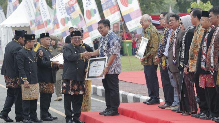 Andil Membangun Balikpapan Bidang Olahraga, CEO Persiba Balikpapan Gede Widiade Raih Penghargaan