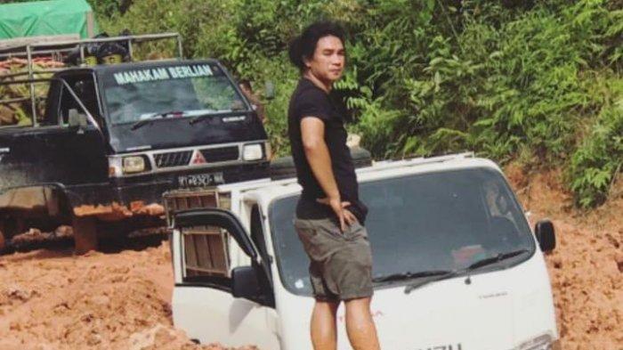 Eks Finalis Indonesian Idol Chandra Tatuk Berfoto di Jalan Rusak Daerah Kutim, Mobil Tenggelam Tanah
