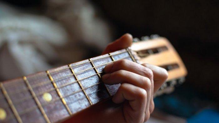 MUDAH Dimainkan! Lagu Exist: Chord Buih Jadi Permadani, Mungkinkah Diri ini dapat Merubah Buih