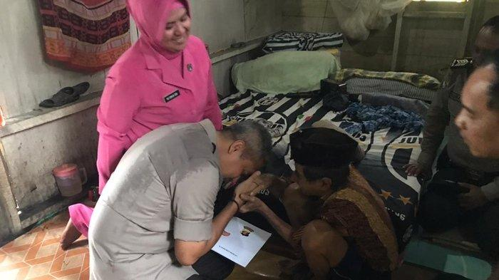Tanpa Sekat, Kapolres Berau Cium Tangan Kakek Ilyas Penyandang Tunanetra