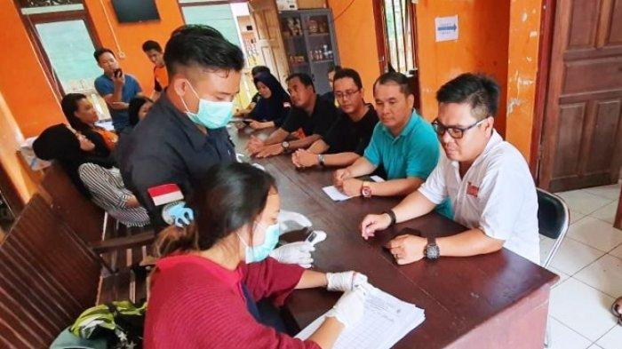 Pulang dari Perjalanan Dinas, Petugas Kesehatan Mahulu Periksa Ketua KPU dan ASN