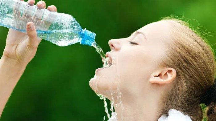 Kebanyakan Minum Air Putih Ternyata Bisa Berakibat Buruk Bagi Kesehatan Tubuh, Mual dan Muntah