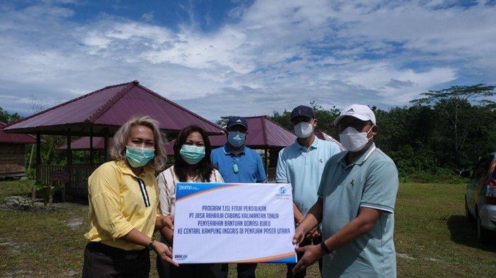 PT Jasa Raharja Cabang Kalimantan Timur menyerahkan bantuan berupa dana pendidikan kepada Yayasan Sansis Children, Kampung Inggris, Kelurahan Lawe-Lawe, PPU.