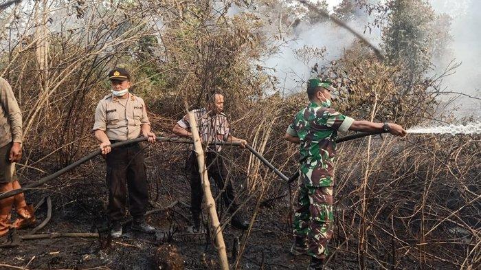 Kapolres Kutim dan Dandim Sangatta Turun Langsung Ikut Padamkan Kebakaran Lahan