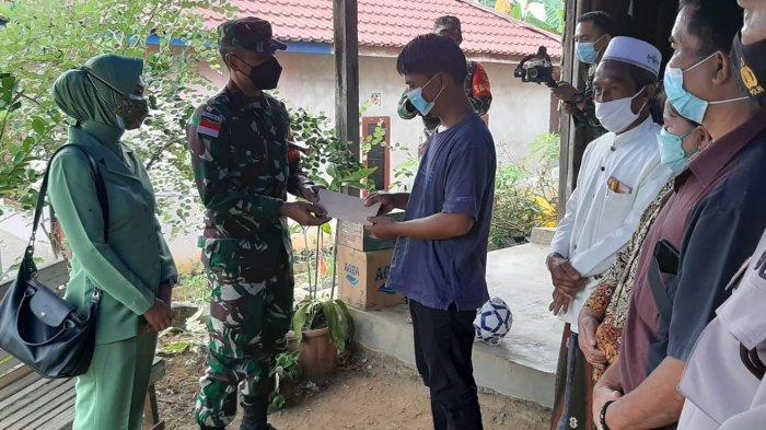 Dandim 0912/KBR Letkol Kav Yudhi Prasetyo Purnomo, didampingi isteri, menyerahkan bantuan kepada keluarga Vino, Jumat (23/7/2021).