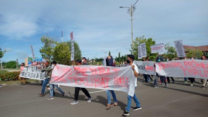 Aksi demo di halaman Gedung DPRD Malinau, guna menyampaikan aspirasi terkait pengumuman hasil seleksi pegawai non PNS 2021 di Kabupaten Malinau, Provinsi Kalimantan Utara, Senin (14/6/2021). (TRIBUNKALTARA.COM/MOHAMMAD SUPRI)