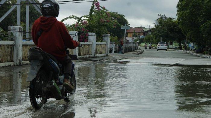 Hujan Beberapa Jam Jalan S Parman Tenggarong Kutai Kartanegara Tergenang.Pengendara Berhati-hatilah