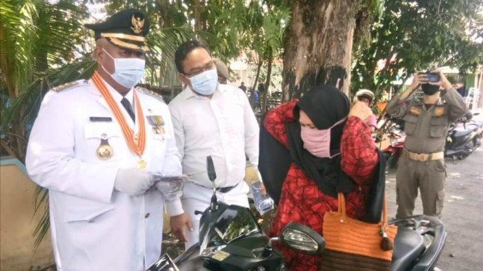 Setelah Upacara HUT ke-75 RI, Bupati Kukar Edi Damansyah Gebrak Masker ke Warga di Tenggarong
