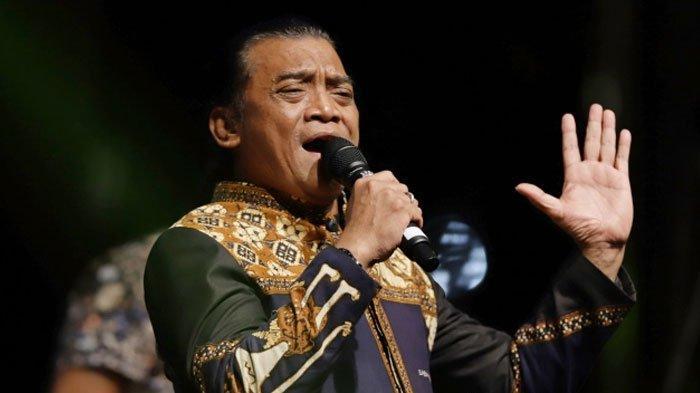 Penyanyi Didi Kempot saat tampil dalam Festival Berdendang Bergoyang di Kompleks Gelora Bung Karno, Jakarta, Sabtu (1/2/2020). Didi Kempot sukses membuat penonton yang kebanyakan anak muda bergoyang dan bernyanyi bersama.