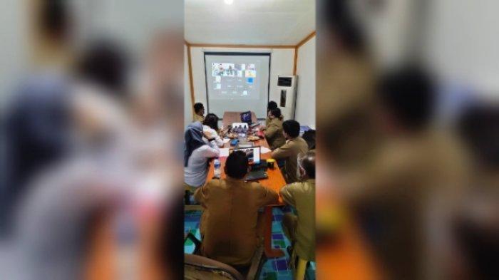 CAPAIAN - Disdukcapil Mahulu Saat mengikuti Rapat Koordinasi Nasional Kependudukan dan Pencatatan Sipil Ttahun 2020. Yang digelar secara virual  melalui pertemuan itu terungkap Mahulu telah melewati Target Nasional., yang diberikan oleh Kemendagri Rabu (14/10).