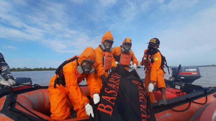 Evakuasi jasad Ari (40), korban tenggelam dan menghilang sejak Senin (19/4/2021) lalu. Jasadnya ditemukan sudah tak bernyawa sekitar 1 kilometer dari titiknya menghilang hari ini (21/4/2021). HO/ Basarnas Kaltim