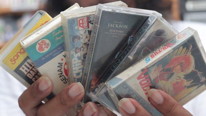 Djeni, kolektor kaset (pita) di Balikpapan.