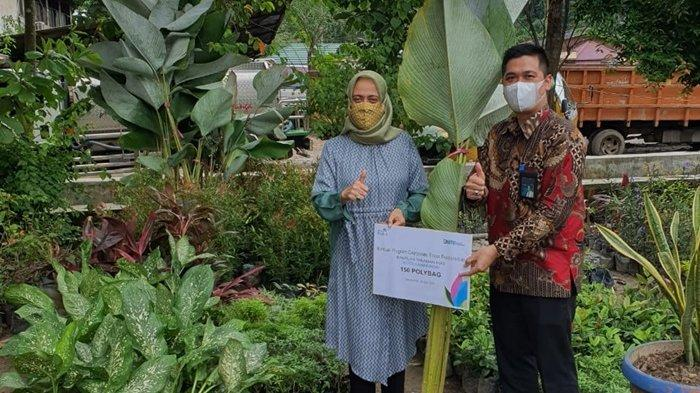 Ikut Serta Mempercantik Wajah Kota, PLN Serahkan 150 Polybag Tanaman Hias kepada DLH Samarinda