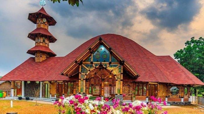 Lokasinya Berada di Tengah Tol Tangerang-Merak, Indahnya Masjid Bambu Terbesar di Indonesia