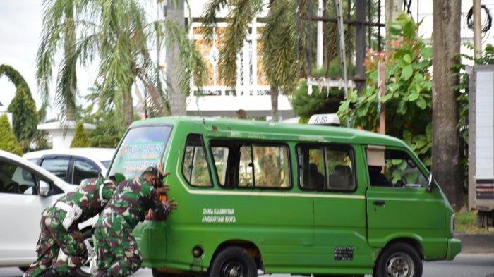 Kisah Prajurit TNI dari Korem 091/ASN Dorong Mobil Angkot yang Mogok di Samarinda Kaltim