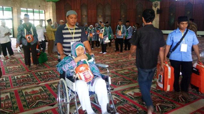 Petugas Embarkasi Tunda Keberangkatan 2 Jamaah Haji Asal Kukar Malam Ini, Ini Alasannya
