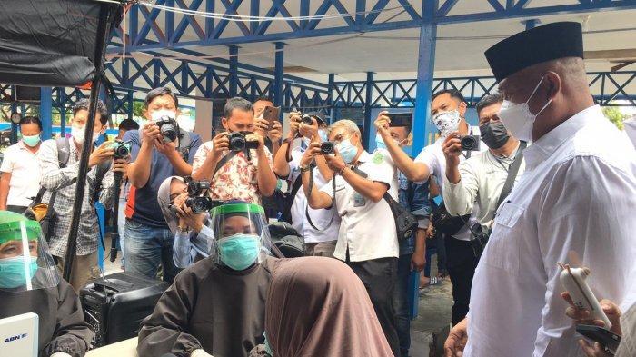 Bupati Kukar, Edi Damansyah saat meninjau vaksinasi pedagang pasar di Tenggarong, Kutai Kartanegara, Kalimantan Timur.
