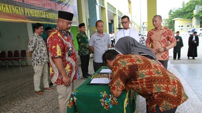 Lantik 97 Pejabat di Pasar Mangkurawang, Bupati Sindir Agar Pejabat Turun Langsung Lapangan