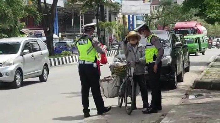 Operasi simpatik (kemanusiaan) yang dilakukan jajaran Satlantas Polresta Samarinda beberapa hari lalu dengan membagikan sembako serta masker di Kota Samarinda, Provinsi Kalimantan Timur. (TRIBUNKALTIM.CO/ MOHAMMAD FAIROUSSANIY)