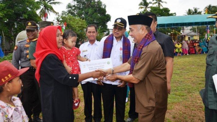 Wabup Kubar Serahkan Dana PKH, Tahap Pertama di Kampung Tanjung Jone