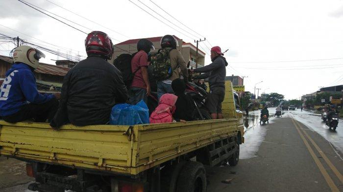 Pekerjaan Dadakan di Tengah Banjir Samarinda,Antar Pulang Pergi Bisa Kantongi Uang Rp 350 Ribu