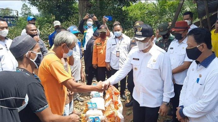 Banyak Rumah Warga di Paser Rusak Kena Angin Puting Beliung, Bupati Fahmi Fadli Tinjau Lokasi