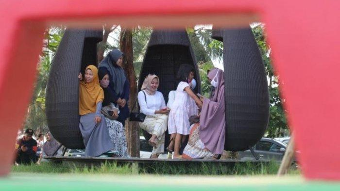 Suasana hari ke-2 libur panjang di pantai Manggar. Masyarakat banyak menghabiskan waktunya di objek wisata andalan kota Balikpapan tersebut. Tribunkaltim/Dwi Ardianto