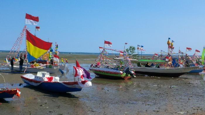Puncak perayaan ?Festival Teluk Lombok digelar di pantai Teluk Lombok, Kecamatan Sangatta Selatan, Kabupaten Kutai Timur, Minggu (15/11/2015). Tampak beberapa perahu hias di pantai.