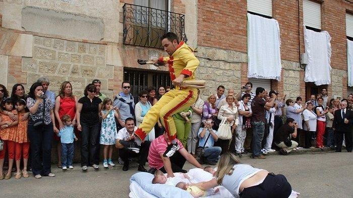 Tahukah Anda, Ini 6 Budaya Ekstrem di Dunia, Ada El Colacho Berarti Lompat Bayi di Spanyol