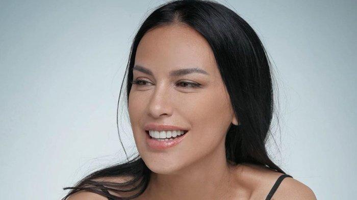 Foto-foto Sophia Latjuba Bermain di Atas Ranjang jadi Sorotan, Eks Ariel NOAH Dipuji karena Hal Ini