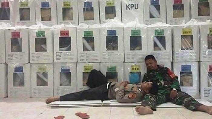 Foto Viral Polisi Tidur di Paha Prajurit TNI, Capek Jaga Kotak Suara, Ini Kata Ustaz Yusuf Mansur