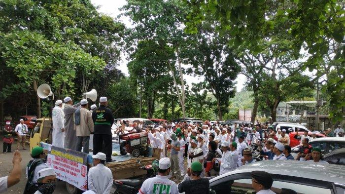 FPI dan Relawan Capres 02, Prabowo Subianto Unjukrasa di Kantor Bawaslu Kaltim, Ini Tuntutannya