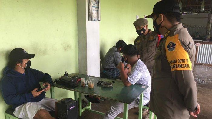 Tim Gakum Satgas Covid-19 Kukar Patroli Sambangi Tempat Makan, Beri Imbauan Prokes Bagi Pelaku Usaha