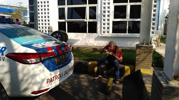 Makan Siang di Parkiran Pos PJR Gerbang Tol Pemalang, Gubernur Ganjar Tuai Pujian